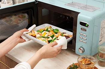 大きなお皿も入れやすい!Toffy 電子レンジの画像