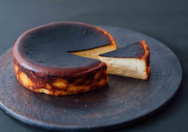 バスクチーズケーキ表面と断面のコントラスト画像