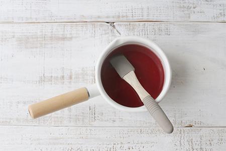 温めたジュースに砂糖とゼラチンを加える画像