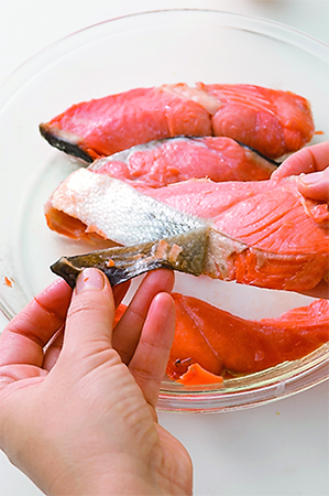 鮭の身をほぐす画像