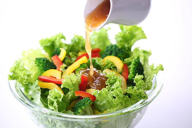 野菜サラダにドレッシング