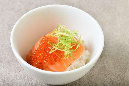 鱒の子とノルウェーサーモンの漬け丼 柚子胡椒風味