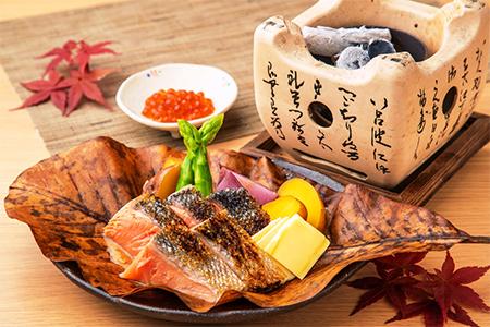 秋鮭と彩どりじゃが芋の朴葉焼き