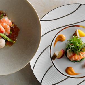 (写真左)タラバ蟹と天使の海老のサラダ仕立て 土佐酢のジュレ (写真右)オマール海老のソテー 甲殻風味のソース