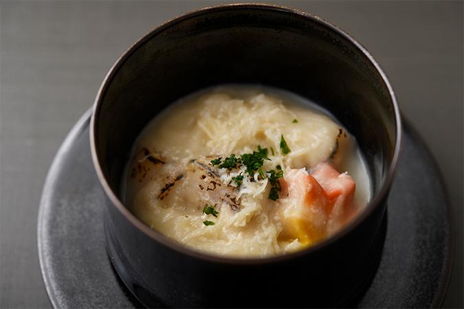 白粒味噌「禅」で仕立てたカリフラワーすり流し 帆立 紅葉麩 パルミジャーノチーズ パセリ