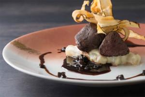 鹿フィレ肉のポワレ 西洋ゴボウのクリーム煮 カシス香るトリュフソース