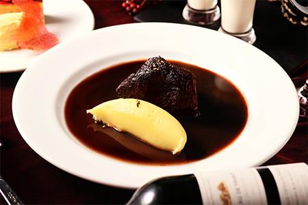 牛ホホ肉の赤ワイン煮とポムピューレ