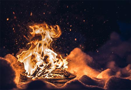 焚き火を囲む雪上ラウンジ