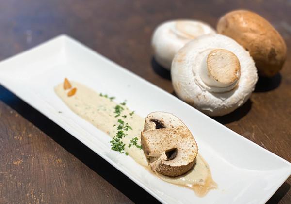 ビフィズス菌入り水切りヨーグルトと松の実のソース ローストマッシュルーム添え