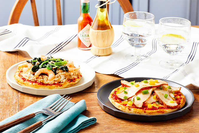 管理栄養士監修の「スモークチキン」と「ツナ&シュリンプ」の2種類のピザ