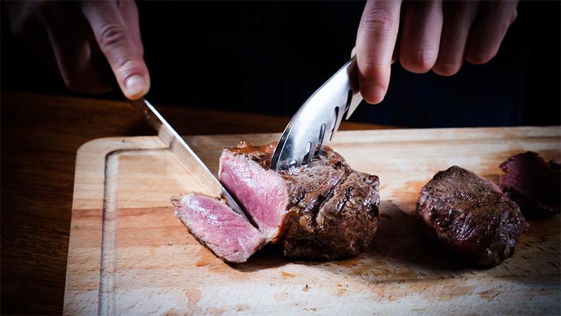 石窯(タンドール)で炭火焼きにした塊肉