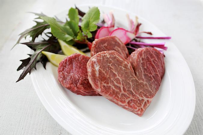 ハート型の国産黒毛和牛のステーキ肉
