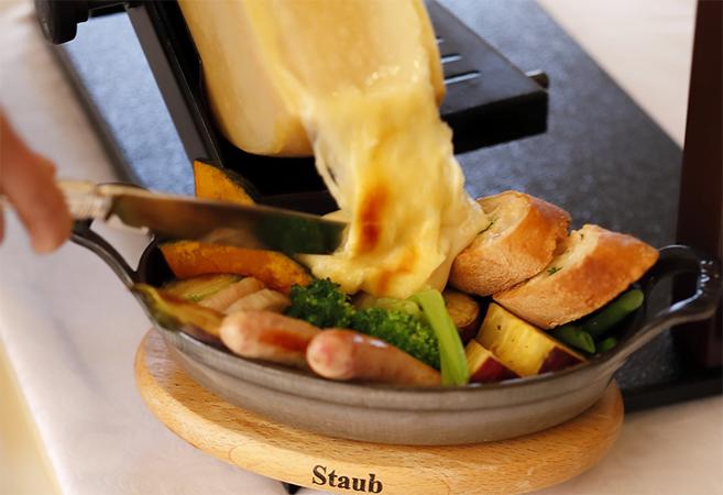 シェフのお薦めこだわり野菜と自家製ハムのラクレットチーズかけ