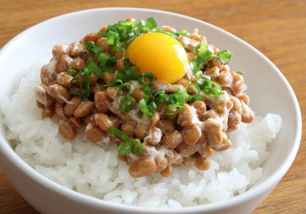 納豆と生卵の画像