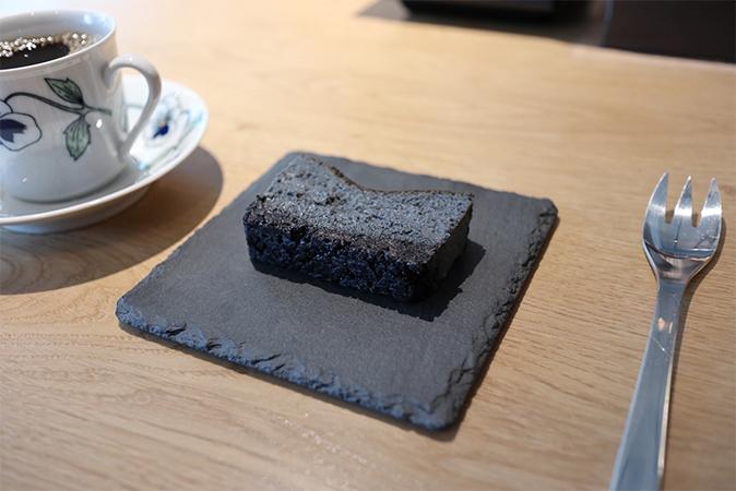 濃厚な黒いチーズケーキ
