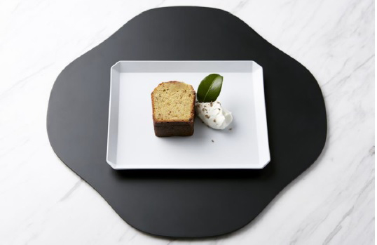 杏と植物の種のブランデーケーキ ハーブクリーム添え