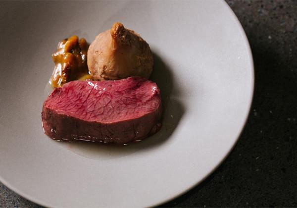 コース料理の一皿(鹿、蜂の子、海老芋)の画像