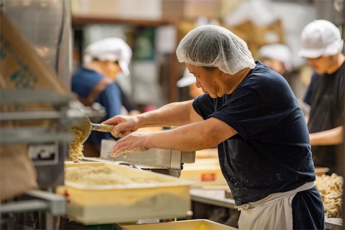 上質な栗を使い和菓子をつくる画像