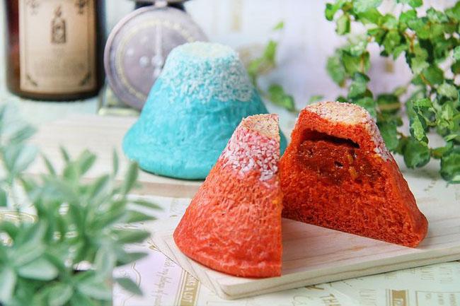 青い富士山カレーパンと赤い富士山カレーパン