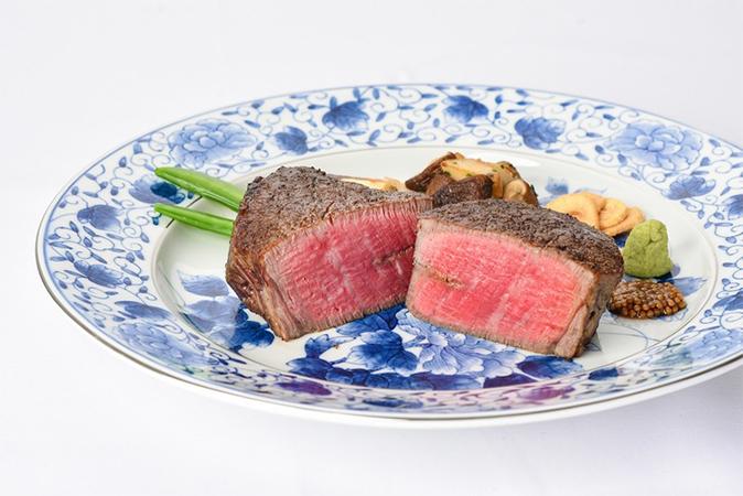 「炉釜」と備長炭で焼き上げる「和牛ステーキ」