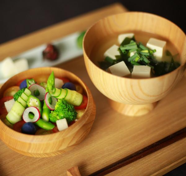 大豆のお肉と野菜のわっぱめし、豆腐と若布のお味噌汁、塩糀の香の物(和食・食事)