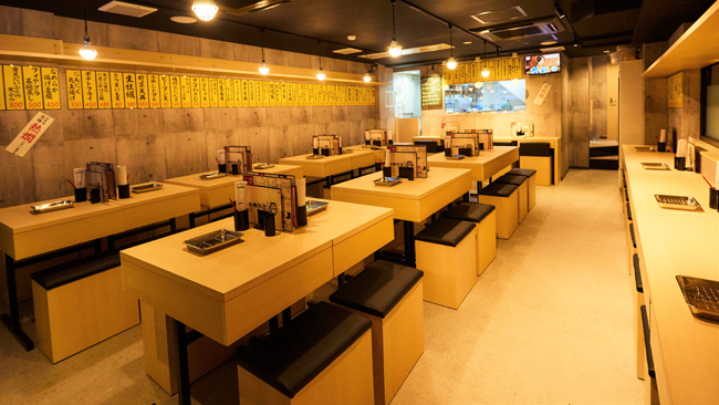 【1階】喫煙 カウンター12席、テーブル30席