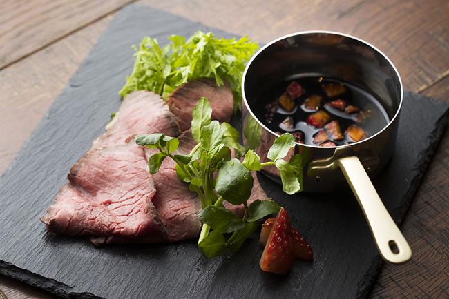 国産牛ローストビーフ イチゴとバルサミコのソース
