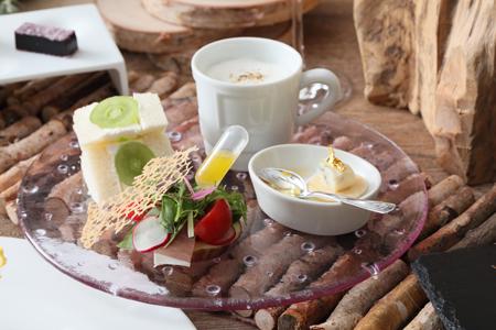東山ハニーと食材のマリアージュ 季節のフルーツサンドを添えて