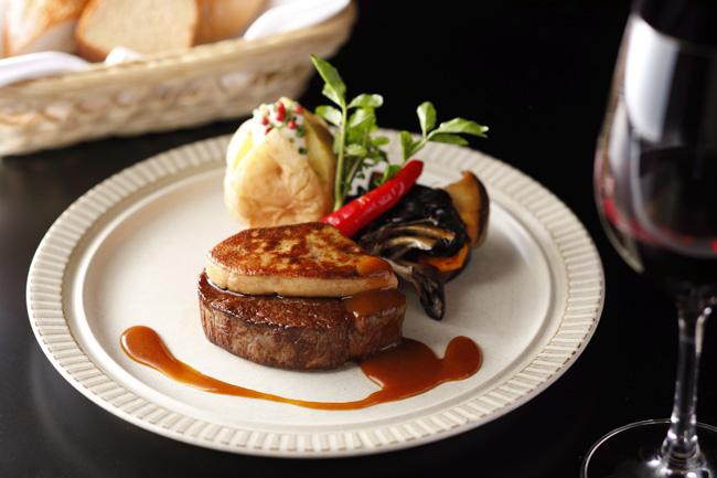 フォアグラのソテーを合わせたロッシーニスタイルのステーキ