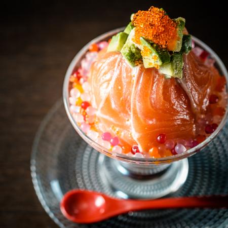 アボカドソースと生サーモン丼