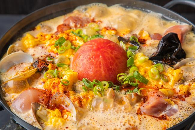 """""""酸辛""""オニ鍋 鶏モモとあさり、トマトの酸辣湯スープ"""