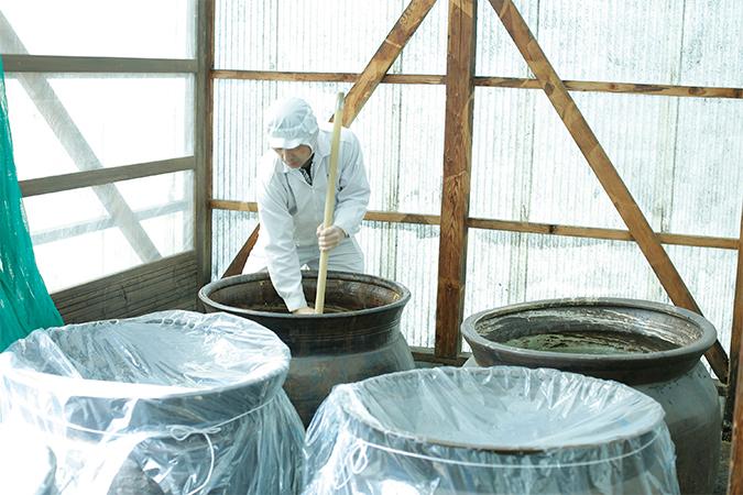 脈々と受け継がれる、甕仕込みの静置発酵製法。