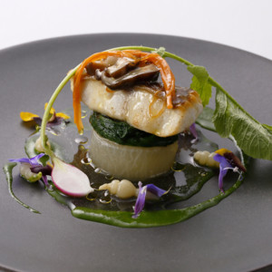 九州産鮮魚のポワレと大根の含め煮 魚介系コンソメ餡と春菊のピュレ添え