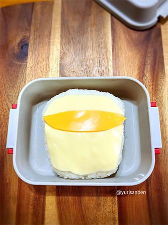 ご飯の上にチーズ